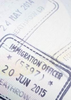"""""""Posielať domov"""" migrantov z EÚ nebude pre Britániu ľahké"""